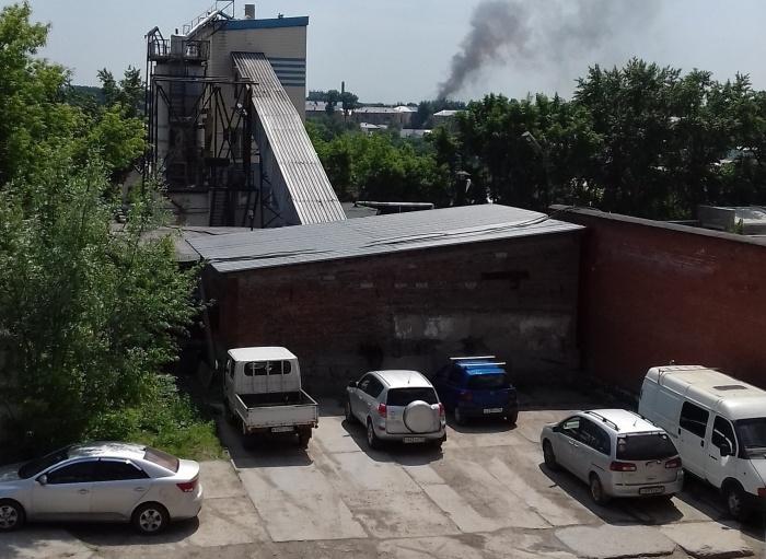 Пожарные продолжают тушитьторговый город «Левобережный»