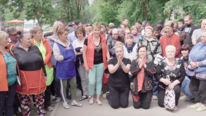 «Мы остаемся без работы»: в Самаре торговцы рынка на Авроре стали на колени в обращении к Путину