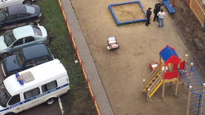 Двое мужчин устроили стрельбу с 9-го этажа в Каменске-Уральском