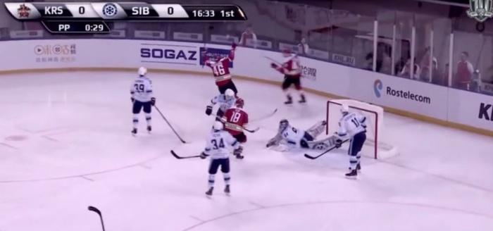 Гол, который в начале игры пропустил Алексей Красиков, стал лучшим в КХЛ за неделю