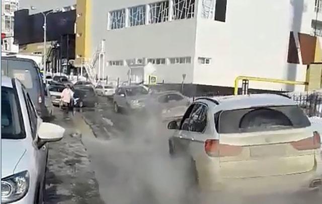 На одной из улиц Уфы прорвало трубу с горячей водой