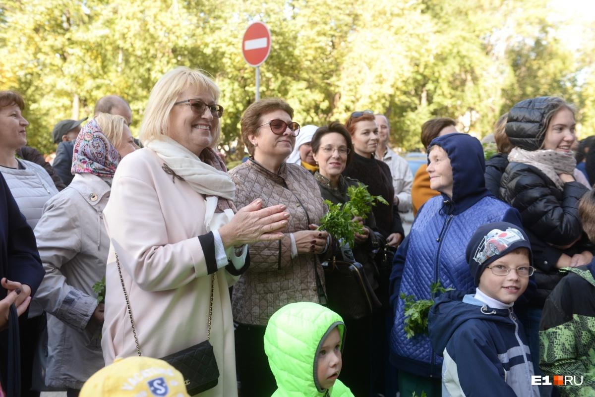 Зрителям, среди которых были чиновники в сфере культуры, например, директор ТЮЗа Евгения Умникова, раздали петрушку
