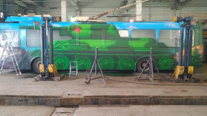 Броня и языки пламени: челябинские граффитисты превратили троллейбус в танк Т-34