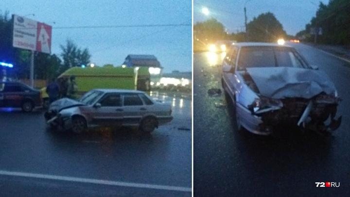 На Республики в ДТП с двумя легковушками пострадал водитель такси