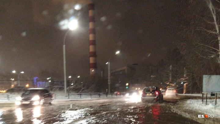 Машины плывут: в Екатеринбурге за «Карнавалом» затопило улицу