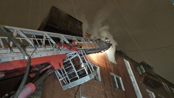Мужчина выпрыгнул с четвёртого этажа, чтобы спастись: на Уралмаше сгорела квартира в жилом доме