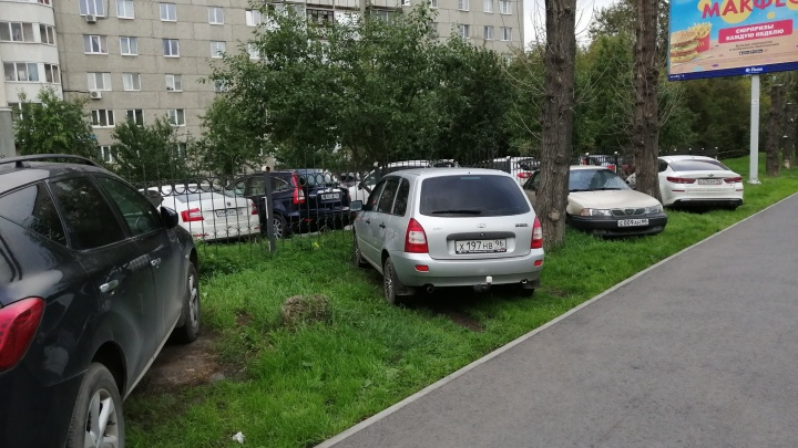 «Я паркуюсь как...»: автохамы бросают машины по-деревенски, забывая, что живут в миллионнике