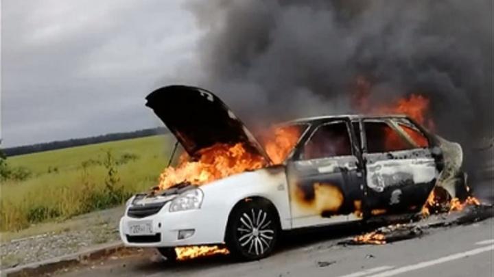 На трассе Тюмень — Екатеринбург на ходу загорелась Lada Priora