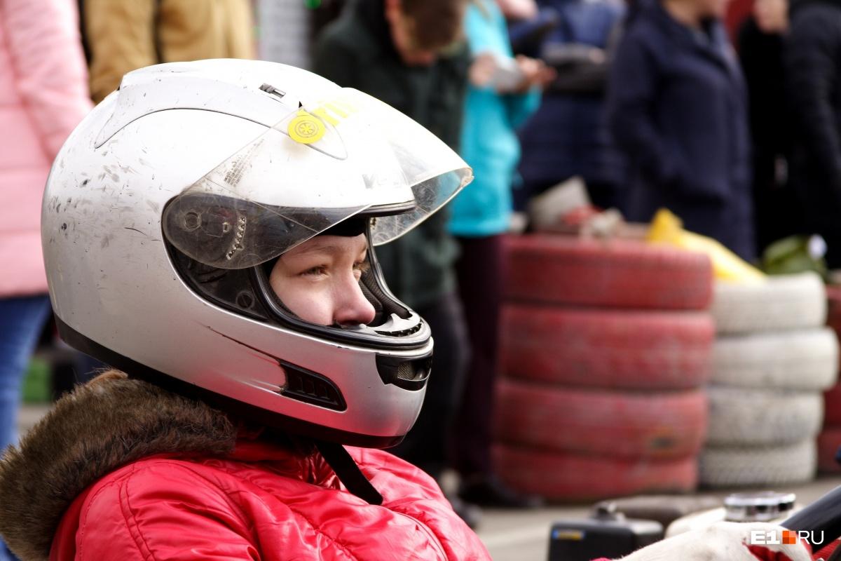 В гонках приняло участие много девушек