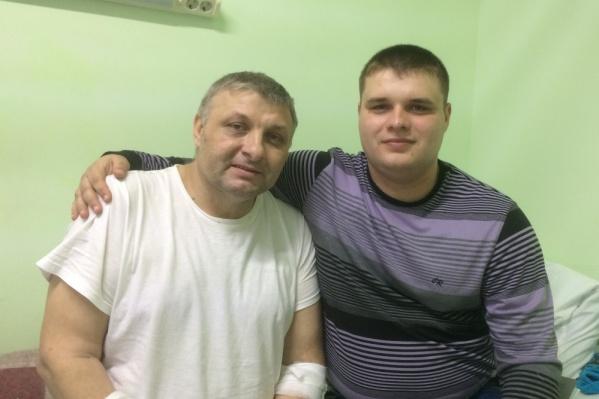 Мастер по ремонту автодвигателей Валерий Мартынов и его сын