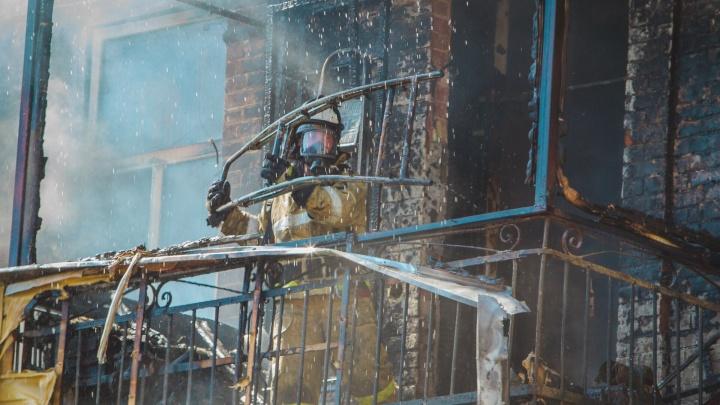 Тушили шесть часов: в Аксайском районе сгорел склад резины