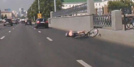 В центре Екатеринбурга иномарка на полном ходу сбила велосипедиста: публикуем видео