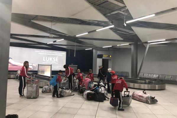 После регистрации и часов ожидания команде выдали багаж и отправили в Новосибирск