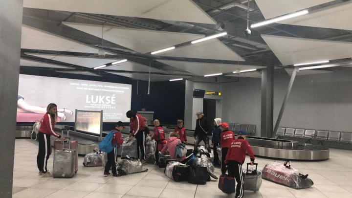 Хоккейная команда из Новосибирска застряла в Толмачёво из-за задержки рейса в Китай