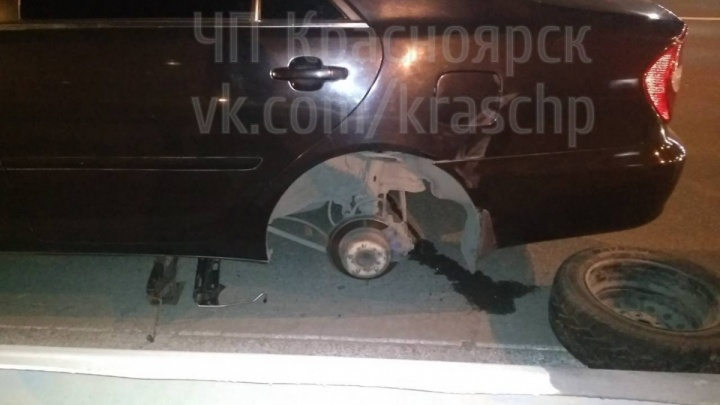 В «Фольксваген» на Октябрьском мосту на полном ходу прилетело колесо от встречного автомобиля