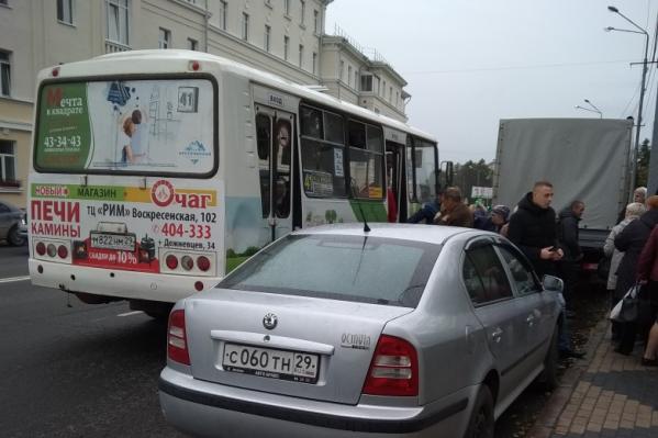 Автобус остановился рядом с театром драмы