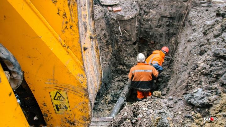 Сотни домов без воды: коммунальные службы нашли место прорыва трубы за ТЦ «Метро»