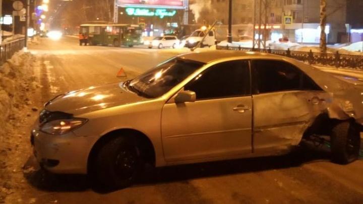 «Тойота» попала в аварию с троллейбусом и снесла светофор на Красном проспекте