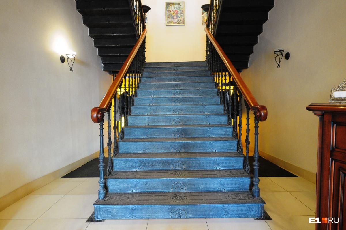 Единственное, что осталось от интерьеров, — лестница
