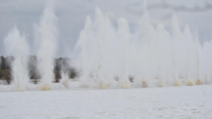 Взрыв льда на реке Кан засняли в волшебном видео