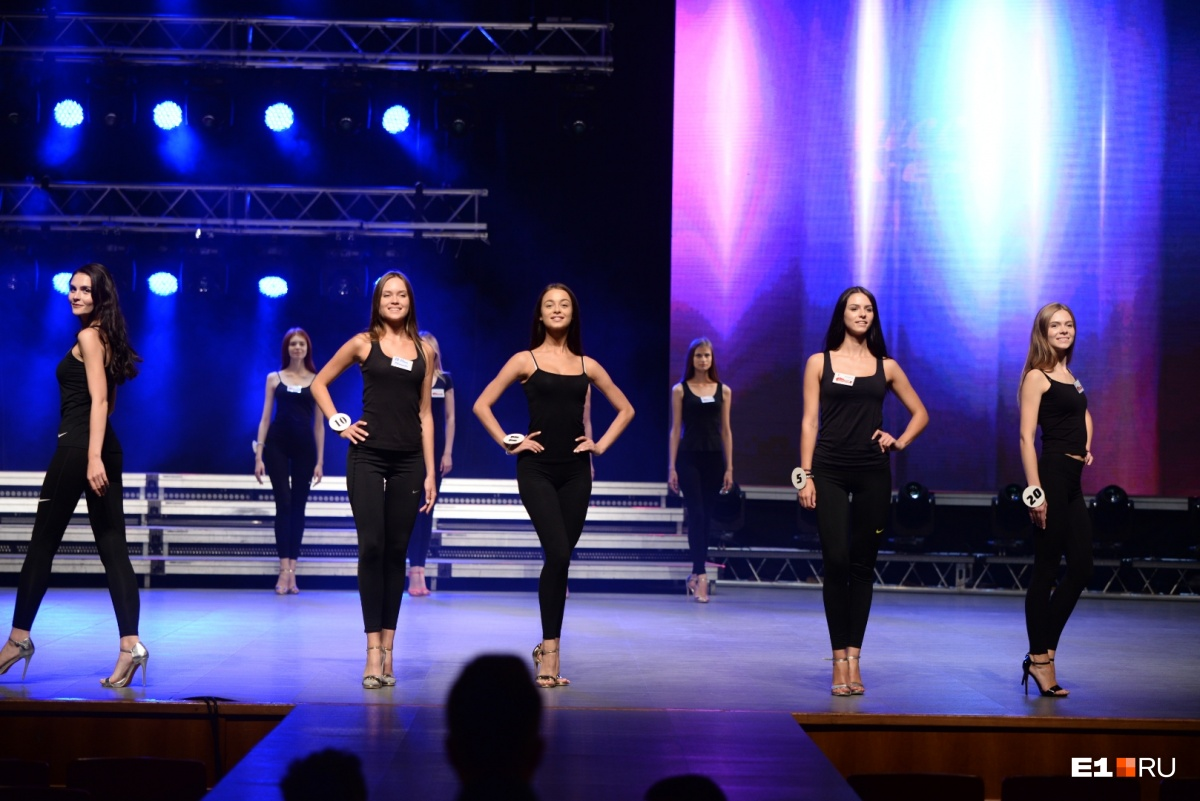 Во-первых, это красиво: девчонки на шпильках показали, каким будет финал «Мисс Екатеринбург»