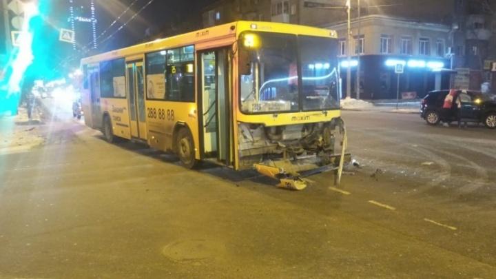 Mazda отлетела, как игрушечная: столкновение автобуса и легковушки в Екатеринбурге попало на видео