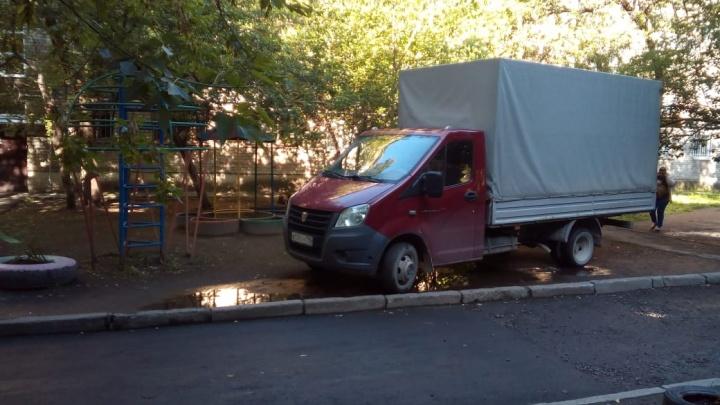 «Я паркуюсь как...»: автохамы в Екатеринбурге стали использовать цепи, чтобы их не эвакуировали