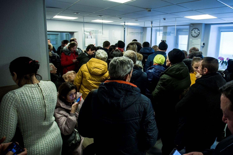 Толкучка встречала новосибирских водителей и в«Центр-Сирене» на Серебренниковской — люди последние дни стоят по несколько часов, а вчера очередь тоже растягивалась на улицу, говорят работники медцентра