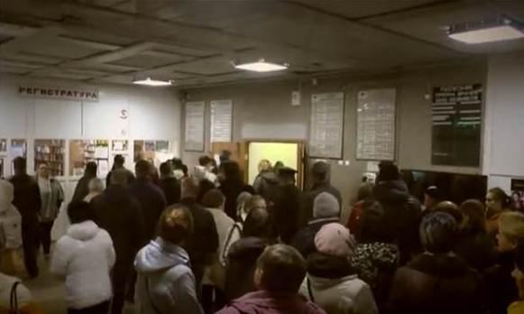 Чтобы взять талон к врачу, жители Автозавода занимают очередь в 4 утра