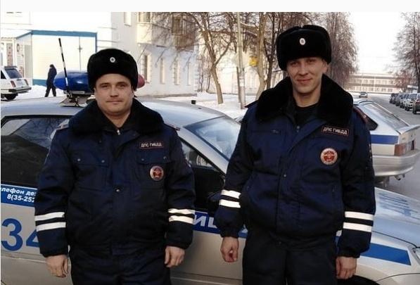 Сотрудники ГИБДД Зауралья помогли замерзающим после ДТП пенсионерам из Свердловской области