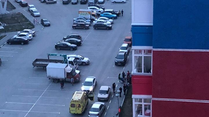 Во дворе на Кремлёвской 9-летний школьник угодил под колеса такси, убегая от друга на велосипеде