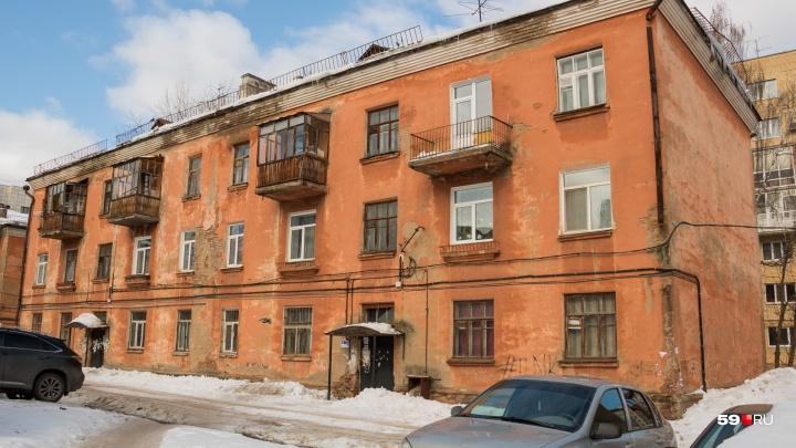 Пермскую УК, с дома которой упал снег и сломал балконы, лишили лицензии