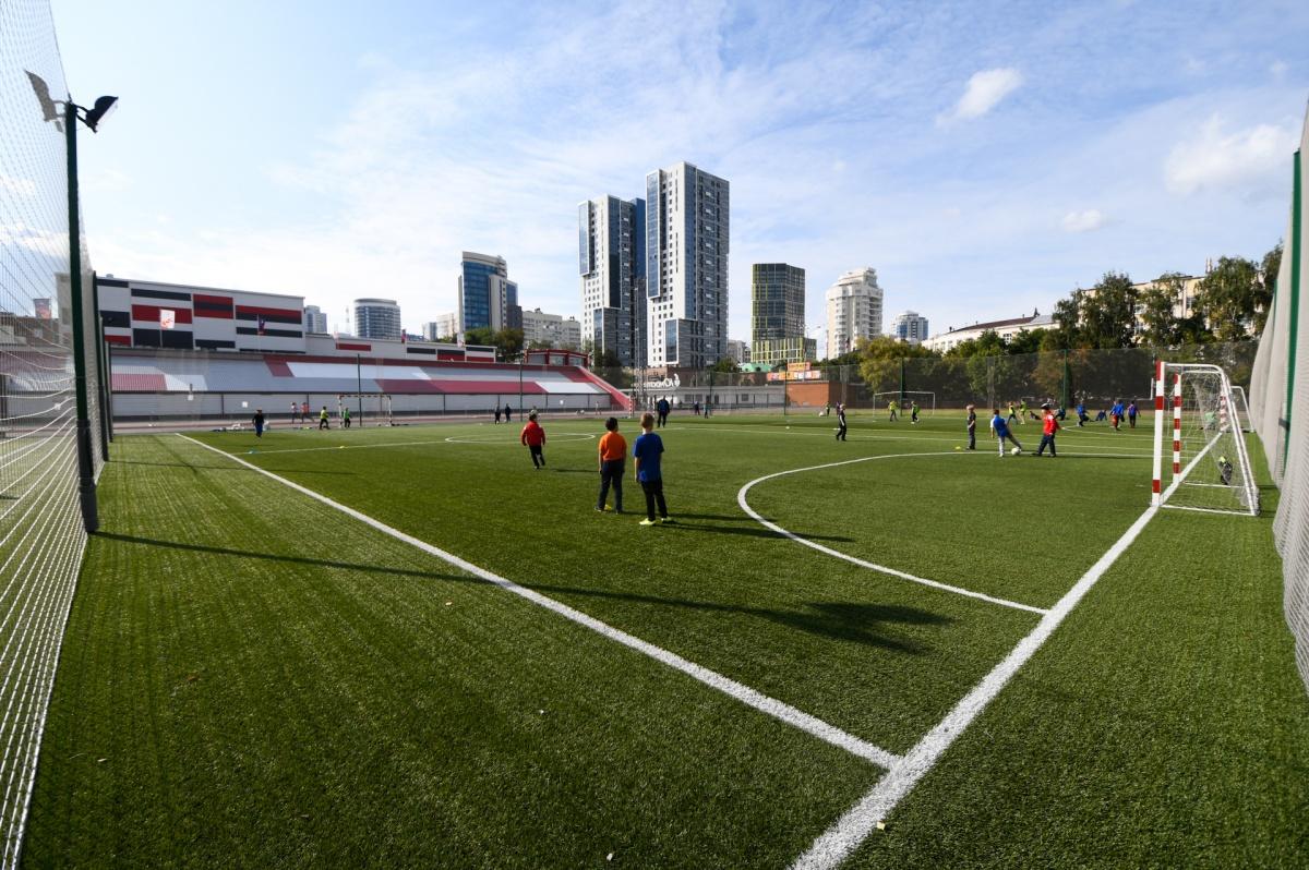 Три футбольных поля занимают большую часть арены