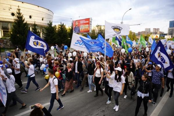 """В прошлом году Парад российского студенчества&nbsp;<a href=""""https://news.ngs.ru/more/65340781/"""" class=""""_"""">прошёл в 50 городах страны</a>, в том числе и в Новосибирске, хотя раньше его проводили только в Москве"""