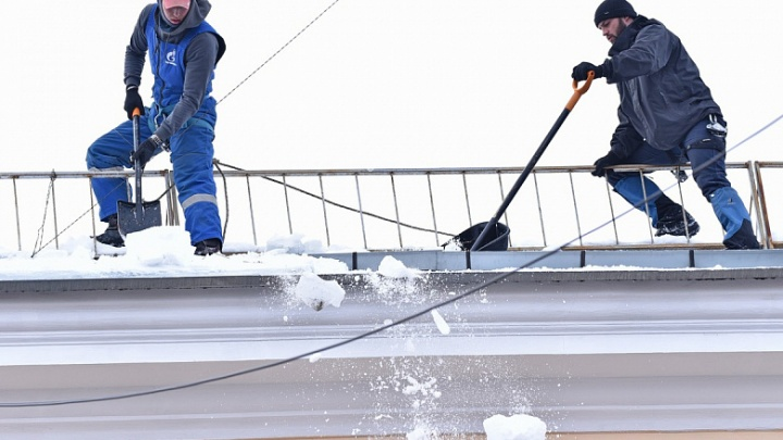 Психанули: за сутки от снега и льда в Ярославле отскребли 1,5 тысячи крыш