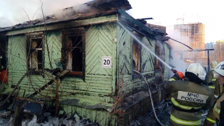 На пожаре в частном доме на Обувной погибли три человека
