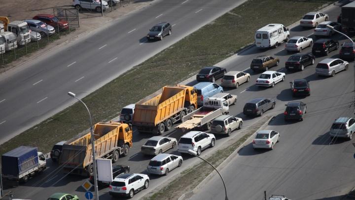 Новосибирцы встали на выезде из города: от Троллейной до Ордынского шоссе расстянулась пробка