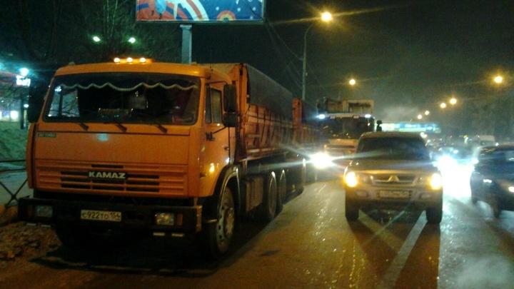 Мусоровоз врезался в КАМАЗ и «Тойоту» на скользкой Большевистской