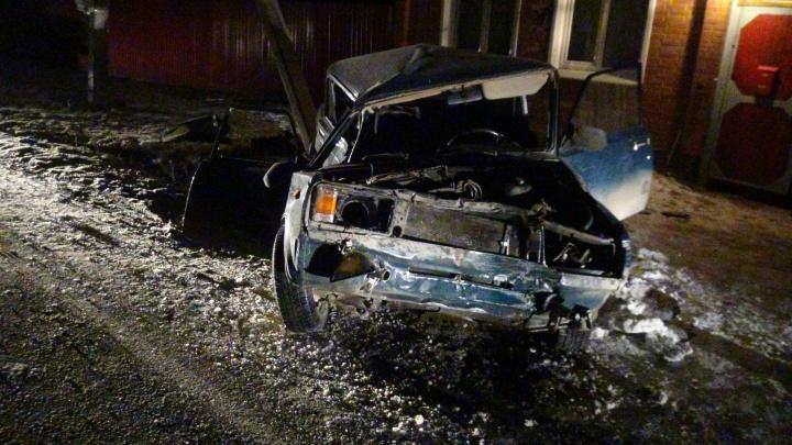 """Всю машину разворотило: под Невьянском водитель """"пятёрки"""" разбился насмерть, врезавшись в столб"""
