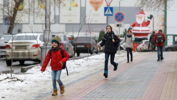 Вот первый гололед: тротуары в Волгограде превратились в каток, а на дорогах — десятки аварий