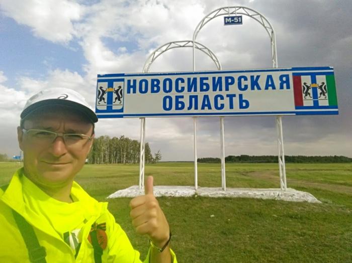 Бизнесмен и бегун-путешественник Александр Капер прибежал в Новосибирскую область на 83-й день марафона Москва – Пекин