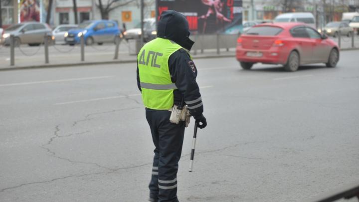 Гаишники вышли на аварийные перекрёстки Екатеринбурга ловить пешеходов, бегающих на красный