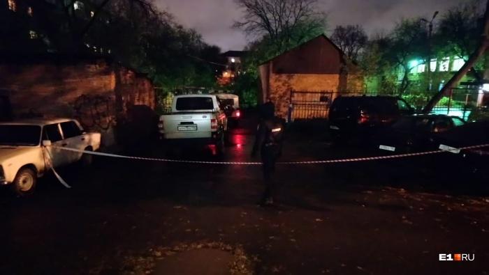 Тела убитых лежали между кирпичным домом и серебристой машиной