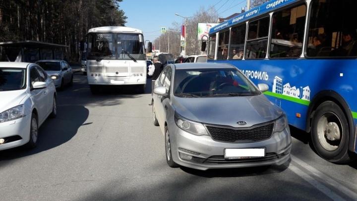 Автобус столкнулся с машиной на проспекте Строителей: на выезде из Академгородка собралась пробка