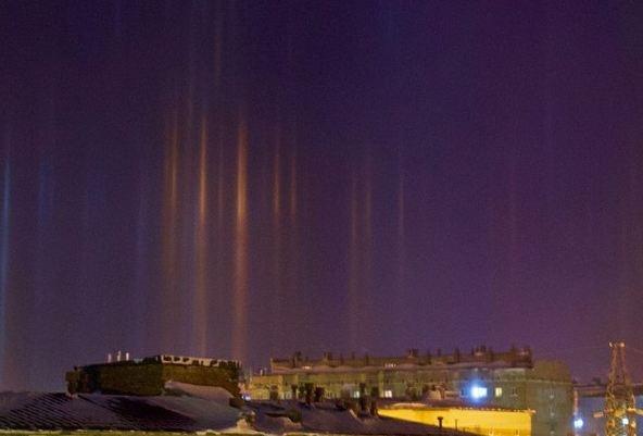Радужные столбы света повисли в небе над Норильском