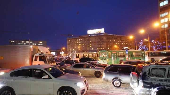 Новосибирские водители встретили утро в 8-балльных пробках