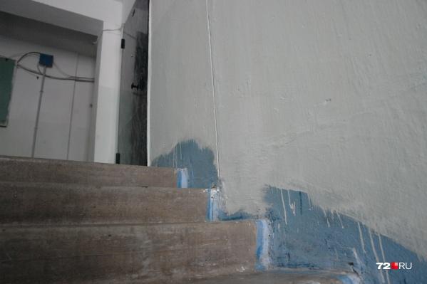 Злоумышленник ночью постучал в дверь, когда ему открыли — он ворвался в квартиру и потащил хозяйку на балкон
