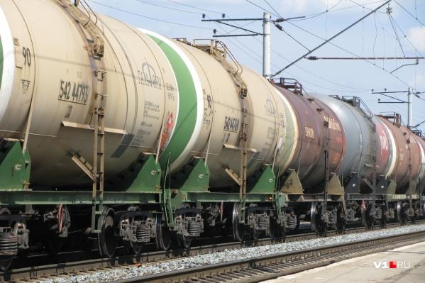Газоконденсат перевозят по железной дороге грузовыми поездами в цистернах