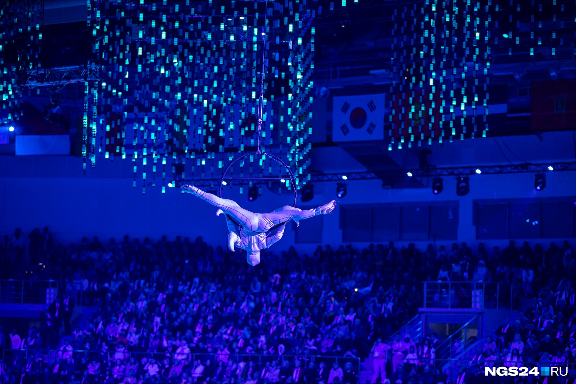 Элемент шоу — спускающийся на обруче гимнаст