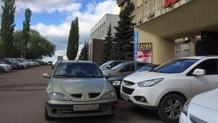 «Я паркуюсь как...»: автохамы на местах для инвалидов и на любимых бордюрах